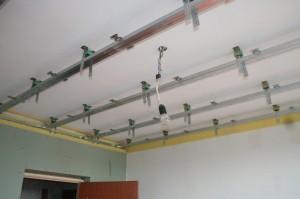 Звукоизоляция потолка с использованием виброизолирущих подвесов